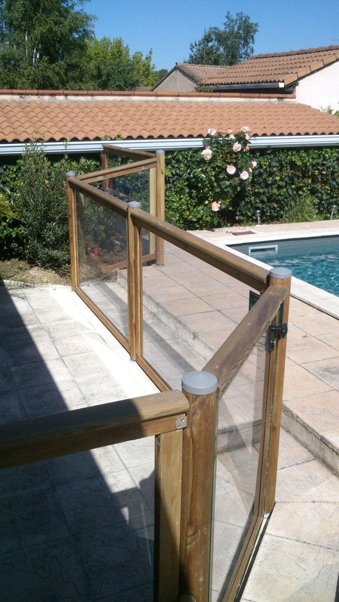 barrière de piscine bois avec panneau transparent